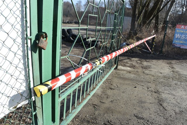 Szlabany postawione przez gminę Tarnów zostały zdemontowane przez uczestników sobotniej imprezy motoryzacyjnej.