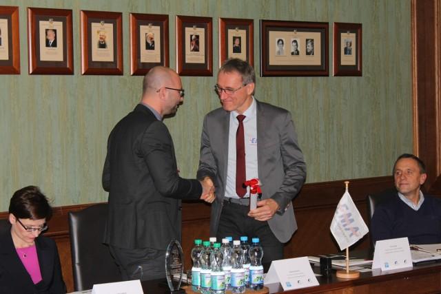 W piątek dyrektor wrocławskich biegów, Wojciech Gęstwa, podpisał umowę z przedstawicielem European Masters Athletics, dzięki czemu Wrocław zorganizuje mistrzostwa Europy Masters w maratonie
