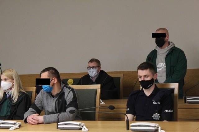 Oskarżeni Maciej G. z lewej i Mariusz F. ps. Żaba  przed krakowskim sądem