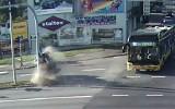 Zderzenie z autobusem i dachowanie! Dramatyczny wypadek w Kaliszu. Wszystko nagrał monitoring [FILM]