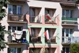 Mieszkańcy Jasła przystroili domy w narodowe barwy. Domy, bloki i ulice są biało-czerwone [GALERIA]