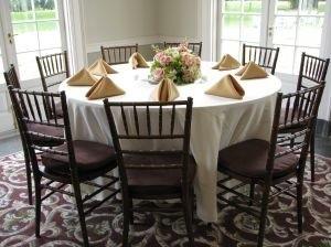 Przy okrągłym lub owalnym stole, wbrew pozorom, zmieści się więcej osób