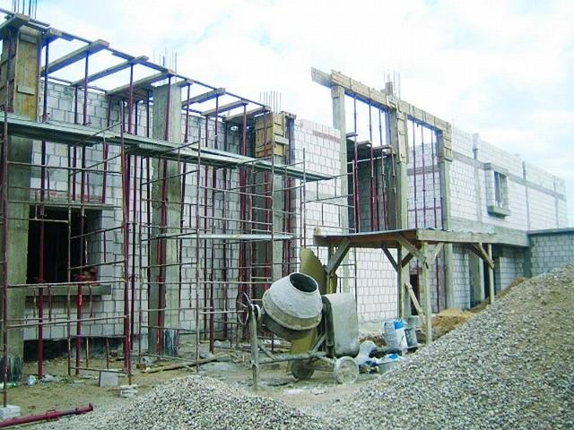 Tak wygląda plac budowy przy Szkole Podstawowej w Wierzbowie. Jeszcze w tym roku obiekt ma być zadaszony.