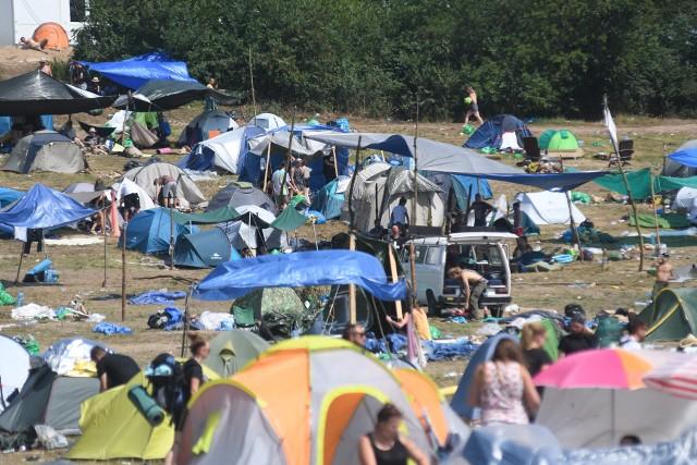 400 ton - tyle śmieci według organizatora Pol'and'Rock Festiwalu trzeba co roku wywieźć z terenu imprezy. Po raz drugi odbyła się akcja Zaraz Będzie Czysto. Przyniosła skutek, bo odpadków jest mniej.Przez cały czas trwania Pol'and'Rock Festiwalu członkowie Pokojowego Patrolu rozdawali worki na śmieci. Było ich kilkadziesiąt tysięcy. Festiwalowicze zapełnione odpadkami worki przynosili do specjalnie wyznaczonych miejsc. Pomysł się sprawdził. Najwięcej śmieci jest właśnie w wyznaczonych miejscach, na polu jest ich zauważalnie mniej, niż w latach poprzednich. Jurek Owsiak apelował też do uczestników imprezy, aby zasypali po sobie wszystkie doły w ziemi. Wiele osób zastosowało się do tego apelu.Za posprzątanie festiwalowego pola odpowiada organizator Pol'and'Rock Festiwalu 2019. Zrobi to specjalnie wynajęta firma. - Przygotowaliśmy dla was kilkadziesiąt tysięcy worków, a śmieci mogliście wyrzucać w 157 punktach na terenie Festiwalu Pol'and'Rock. Zebraliśmy już ponad 40,5 tony odpadów, które zostały wywiezione z Festiwalu - informują organizatorzy. Eko aktywności Najpiękniejszego Festiwalu Świata:* W strefie gastronomicznej jedzenie wydawane było w ekologicznych opakowaniach.* Podczas zakupów w pasażu zakupowym nie było foliówek, a w Lidlu podczas zakupów mogliście dostać darmowe, papierowe torby.* W strefie Lecha piwo mogliście kupić w kubkach RPET w pełni nadających się do recyklingu lub w wielorazowych kubkach. Poza tym, marki premium Kampanii Piwowarskiej przygotowały kubki wielorazowego użytku.* Lech przygotował konkurs, w którym nagrodził 10 osób najbardziej zaangażowanych w sprzątanie. Do wygrania były elektryczne hulajnogi.* Allegro w strefie #LessWaste, #BeSmart przygotowało warsztaty DIY, EKOlabirynt i miejsce, gdzie mogliście napełnić swoje butelki pitną wodą.* W strefie Prezero mogliście porozmawiać o ekologii i recyklingu, gdzie gościem była Reni Jusis.* Coca- Cola w ramach kampanii #WCIĄŻZMIENIAMY przekazała 100 żółtych koszy.* W strefie Lubuskiego mogliści