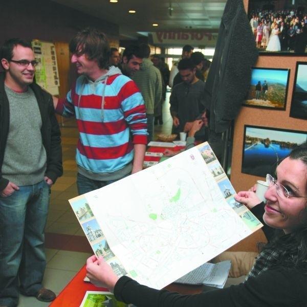 Na infomarketach Erasmusi zachęcali białostoczan do studiów za granicą