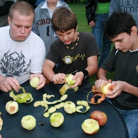 Jedną z konkurencji było w niedzielę obieranie jabłek. Wygrywał ten, który obrał najdłuższą skórkę. Wśród panów zwyciężył Mirek Nowak (z lewej) - 78 cm. Ale panie były zdecydowanie lepsze.