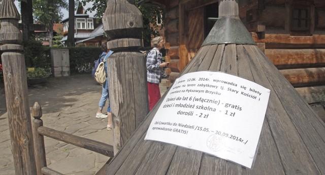 Informacja o opłatach za wejście na cmentarz jest na ogrodzeniu Pęksowego Brzyzka. Wiele osób na widok cennika oburza się i dziwi. - Mamy płacić za to, że się modlimy i zapalamy świeczki? - mówią turyści