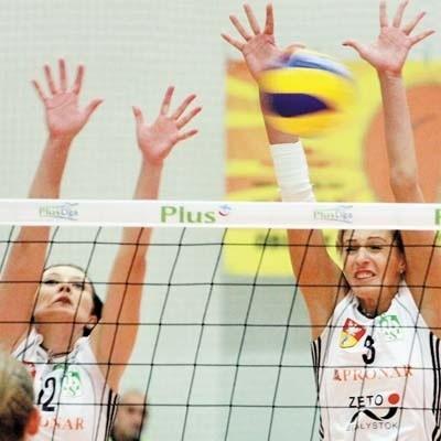 Blokują Izabela Żebrowska (z lewej) i Marlena Mieszała. Na Aluprof było jeszcze za mało.
