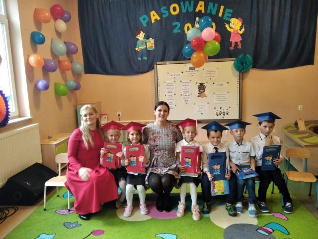 Uczniowie pierwszej klasy w szkole w Sokolnikach Mokrych mieli uroczyste ślubowanie.