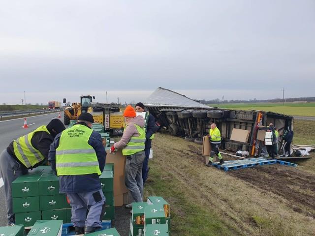Do wypadku doszło w okolicach Świecka. Przewróciła się ciężarówka przewożąca m.in. kawę.
