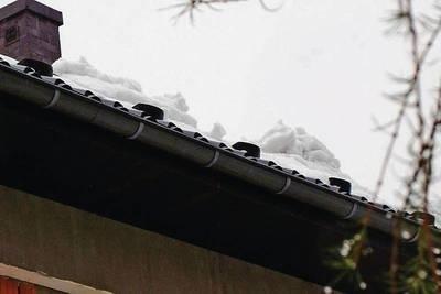 Śnieg zalegający na dachach może stwarza niebezpieczeństwo dla przechodniów Fot. Maciej Hołuj