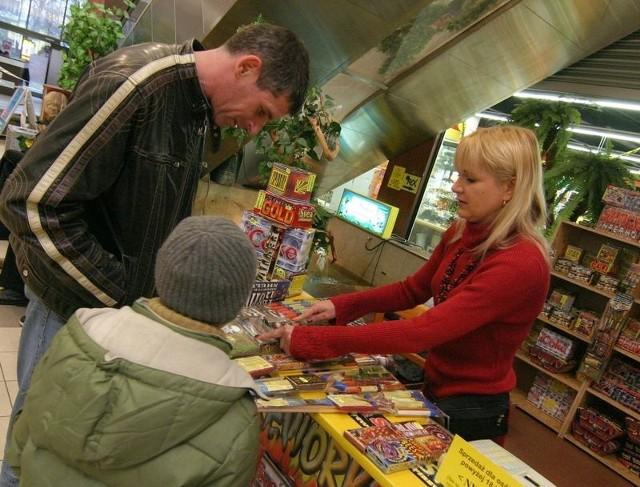 Pan Krzysztof z synem kupują fajerwerki w Podkowie.