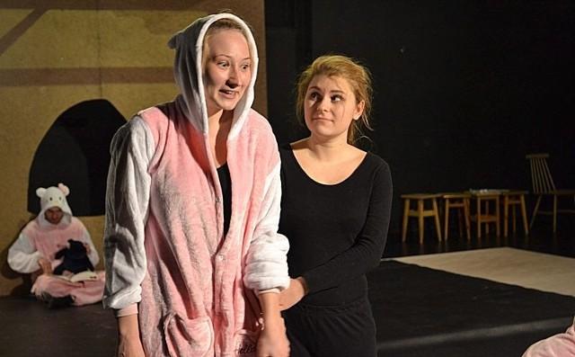 """Apokaliptyczny spektakl """"Mój niepokój ma przy sobie broń"""" to pomysłowy, dyplomowy spektakl studentów IV roku. Wystawiany jest do 29 kwietnia w Akademii Teatralnej."""