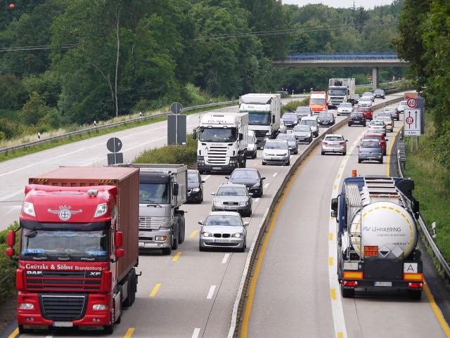 W Niemczech zakaz ruchu dotyczy pojazdów ciężarowych o dopuszczalnej masie całkowitej powyżej 7,5 t oraz pojazdów ciężarowe z przyczepami niezależnie od ciężaru. Zakaz obowiązuje na całej sieci dróg w niedziele i dni świąteczne w godzinach od 0.00 do 22.00.