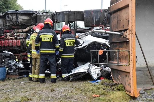 Koszmarny wypadek w Bielsku-Białej. Ciężarówka przygniotła samochód. W kompletnie zmiażdżonym wraku auta są zakleszczone osobyZobacz kolejne zdjęcia. Przesuwaj zdjęcia w prawo - naciśnij strzałkę lub przycisk NASTĘPNE