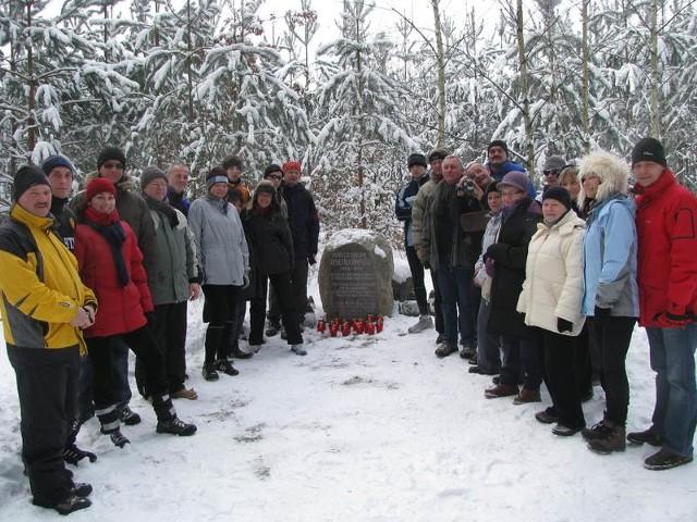 Rodzina, przyjaciele i znajomi przy polnym kamieniu wspominającym Mieczysława Ksokowskiego.