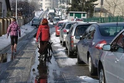 Ul. Słomczyńskiego - zastawiony samochodami chodnik; piesi muszą chodzić jezdnią Fot. Kamila Zarembska