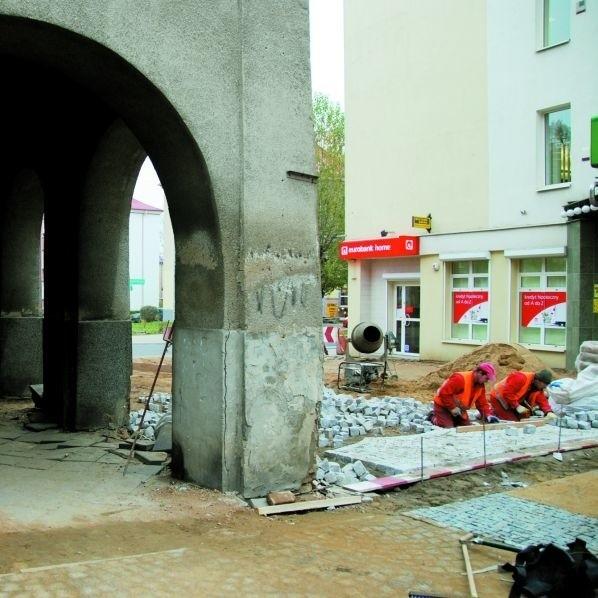 Ten zrujnowany chodnik znajduje się koło placu miejskiego, pod kamienicą Białówny 3. Miasto nie ma chce go remontować.