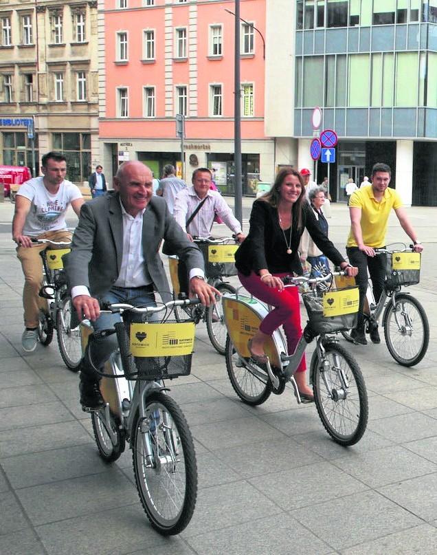 Czesław Lang przyjechał na katowicki rynek na rowerze miejskim.A kolarze będą mieli pięć pętli po 14,7 km każda. Finisz przy Spodku