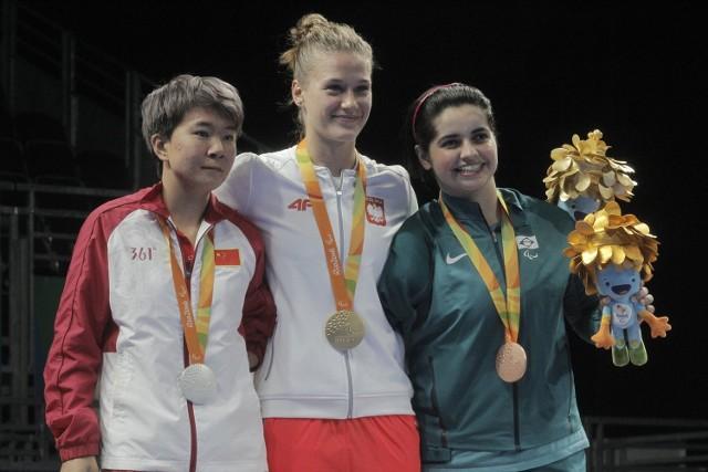 Natalia Partyka (w środku) złota medalistka Igrzysk Paraolimpijskich w Rio de Janeiro w tenisie stołowym w klasie 10.