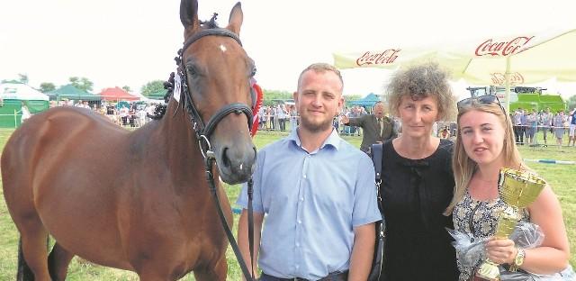 Dariusz Szczepanek, hodowca ze Stadniny Koni Małopolskich w Pawłowie, świętował w niedzielę sukces klaczy Pilada na championacie w Opatowcu – razem z mamą i dziewczyną Karoliną. To on przejmuje stery w rodzinnym końskim biznesie