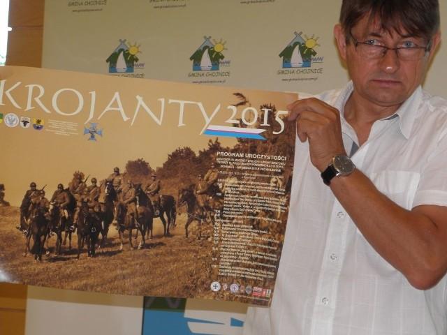Wójt Zbigniew Szczepański demonstruje plakat tegorocznej imprezy.