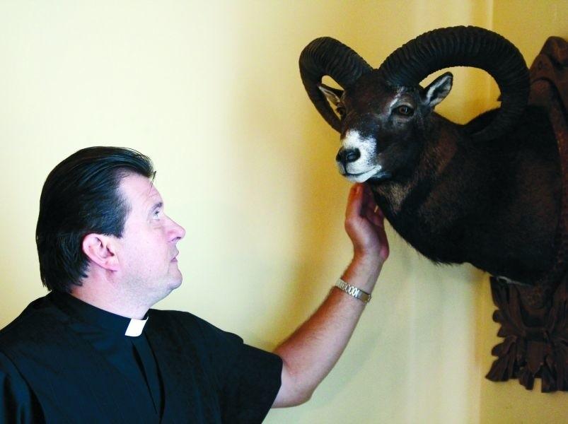 Ks. Wojciech uratował tego muflona od śmierci w wielkich męczarniach. – Myślistwo to nie zabijanie, tylko rozsądne gospodarowanie zasobami leśnymi – twierdzi duchowny.