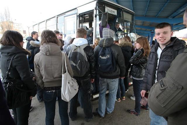 Dworzec PKS, krótko po godz. 14. Tłumy pasażerów szturmują autobusy.