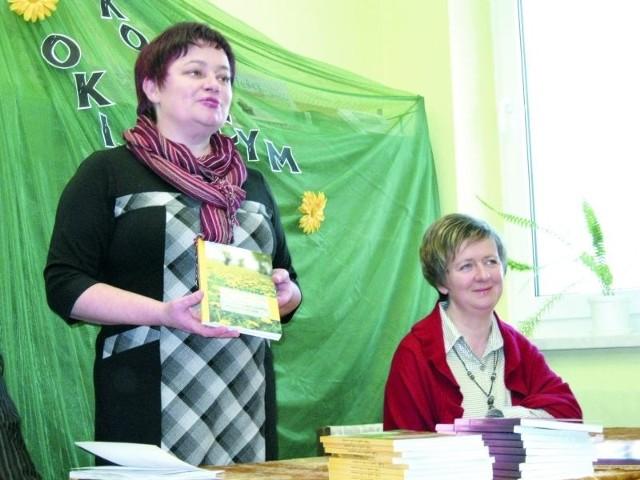 Teresa Modzelewska z biblioteki w Boćkach i Anna Zajączkowska, poetka z Olszewa