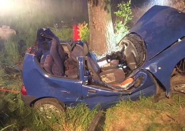 W poniedziałek nad ranem poszukiwany przez policję mężczyzna nie mający prawa jazdy spowodował poważny wypadek rozbijając auto na drzewie. Niespełna 12 godzin później w zderzeniu z drzewem zginął 42-latek. Czytaj więcej na następnej stronie
