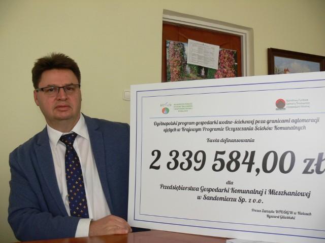 Piotr Sołtyk, prezes Przedsiębiorstwa Gospodarki Komunalnej i Mieszkaniowej w Sandomierzu pokazuje  symboliczne czek.