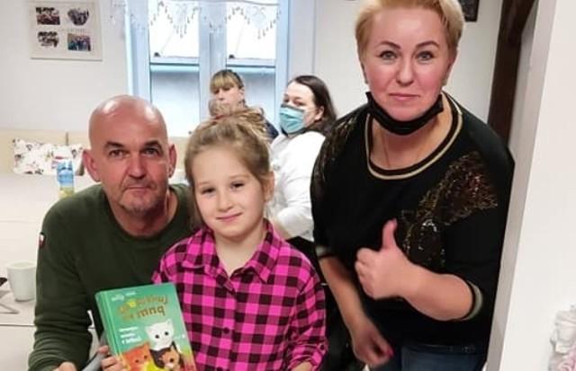 Od lewej: radny Krzysztof Kluczyński, Amelka Wiśniewska i sołtys Kalska - Krystyna Talaga podczas wręczenia nagrody za bohaterską postawę dziewczynki.