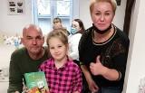 7-letnia Amelka z Kalska uratowała życie swojej babci w trakcie... zdalnych lekcji! Przy pomocy komputera zaalarmowała innych o wypadku