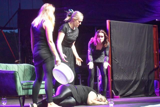 """Spektakl """"Babę zesłał Bóg"""" w wykonaniu Teatru Studnia na Lubuskim Lecie Kulturalnym w Dąbiu."""