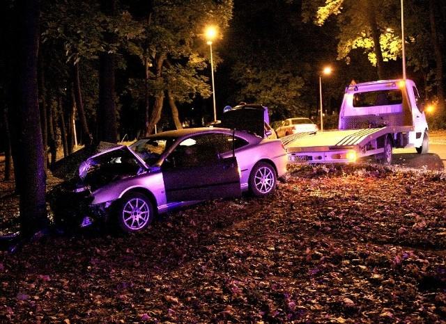 Srebrny peugeot rozwalił się na drzewie w parku w centrum Głogowa.