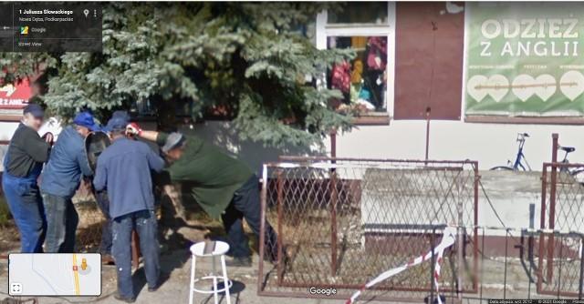 """Kolorowy samochód lub inny pojazd z logo Google i charakterystyczną """"kopułką"""" na górze latem 2012 i 2013 roku można było zauważyć na ulicach Nowej Dęby, bo to wtedy robiono tam ostatnie zdjęcia do funkcji Google Street View. W programie automatycznie zamazywane są ludzkie twarze i tablice rejestracyjne samochodów, ale na zdjęciach można rozpoznać siebie lub kogoś znajomego po charakterystycznej sylwetce, ubraniu lub miejscu. A może to ciebie upolowała kamera Google'a - na spacerze z psem, w czasie zakupów lub podczas rowerowej przejażdżki?KOLEJNE ZDJĘCIA NA NASTĘPNYCH SLAJDACH >>>"""