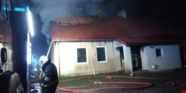Na 200 tys. złotych oszacowano wartość szkód, które wyrządził, pijany mieszkaniec gminy Tuszyn. Mężczyzna podpalił dom, w którym mieszkał, znajdujący się na tej samej posesji garaż, groził domownikom i zwyzywał policjanta!Grozi mu do 5 lat więzienia. CZYTAJ WIĘCEJ - KLIKNIJ DALEJ