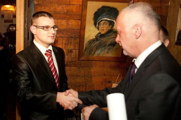 Sylwestrowi Witczakowi, bohaterowi marca 2011 r., gratuluje Sławomir Wasilczyk, dyrektor generalny Urzędu Wojewódzkiego w Łodzi.