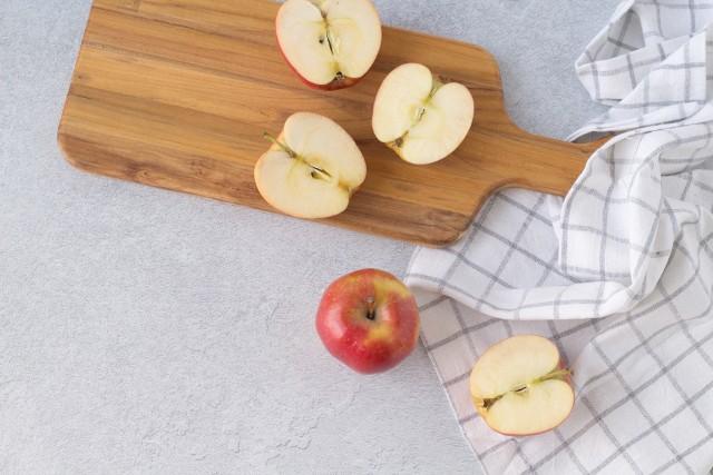 Jesień oznacza sezon na pyszną polską dynię, śliwki i.. jabłka. Dowiedz się, na jakie schorzenia pomagają te przepyszne owoce i dlaczego warto sięgać po nie nawet codziennie!