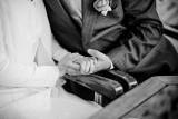 Poślubił kobietę, która mogłaby być jego wnuczką. Jedni mówią, że to prawdziwa miłość. Drudzy, że prawdziwy układ