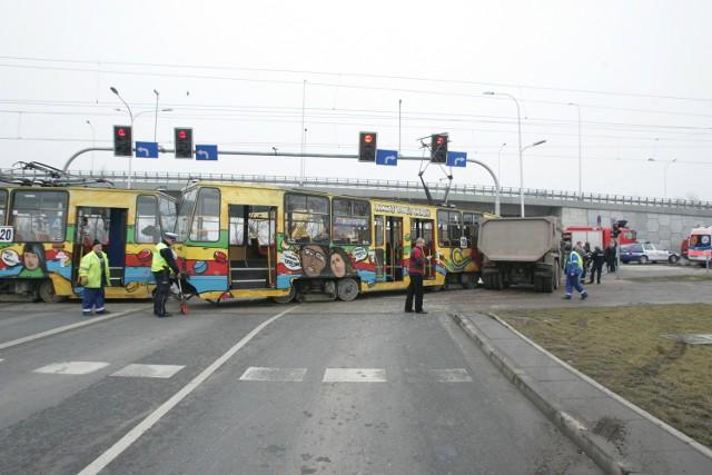 Wypadek przy AOW. Ciężarówka zderzyła się z tramwajem linii 20. Jedna osoba została ranna.