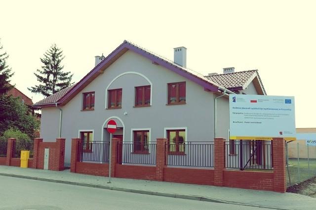 Budynek stanął na działce przy ulicy Kasprowicza w Kruszwicy. Jest to dom dwukondygnacyjny (w tym poddasze użytkowe), niepodpiwniczony.