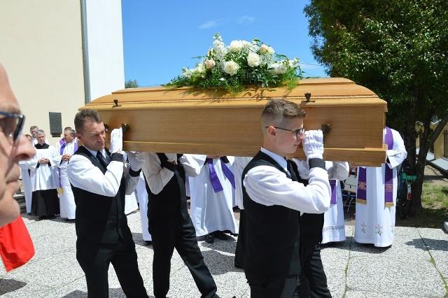Wyprowadzenie z kościoła trumny z ciałem księdza Czesława Wali