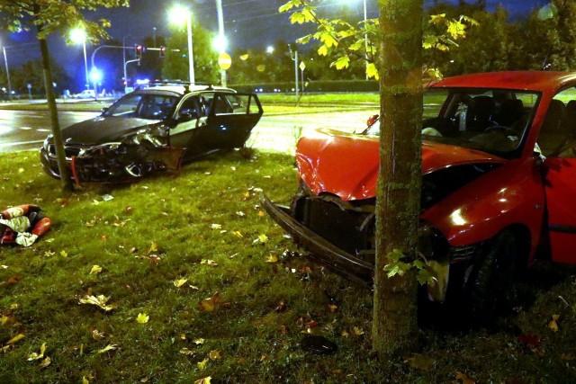 Po zderzeniu dwa auta wypadły z jezdni na skwer zieleni. Seat uderzył w drzewo