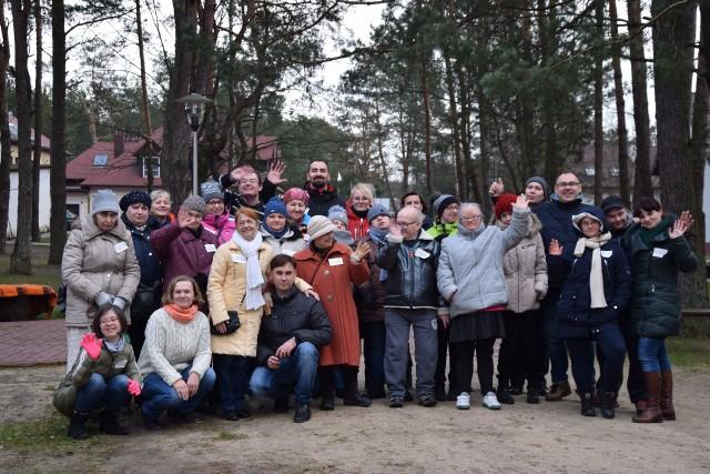 """Pamiątkowe zdjęcie uczestników ogniska integracyjnego, które odbyło się w Kaczynie. Zorganizowało je stowarzyszenie na rzecz wsparcia i rozwoju """"Z Nami Raźniej"""""""