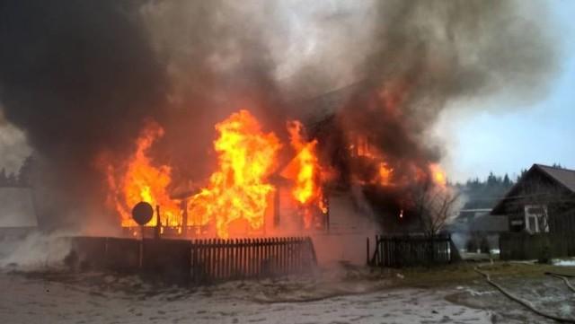 Strażacy zostali zadysponowani do pożaru budynku mieszkalnego w miejscowości Nowe Trzciano w sobotę około godziny 13.00.Zdjęcia pochodzą ze stronyOSP Krynki