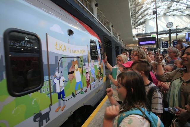 Jeden z pociągów ŁKA został ozdobiony bohaterami dobranocki o Misiu Uszatku