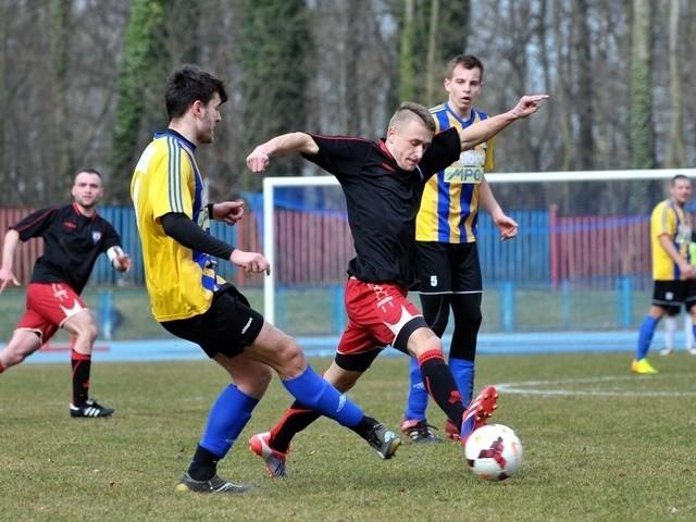 Piłkarze Iskry (czarne koszulki) są bez porażki w rundzie wiosennej