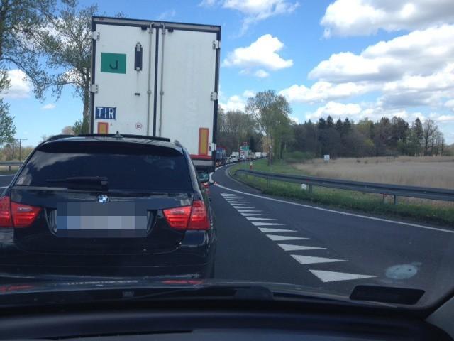 """Na drodze krajowej numer """"6"""" przy zjeździe do Białogardu kierowcy muszą się liczyć z utrudnieniami w ruchu z powodu trwających robót drogowych."""