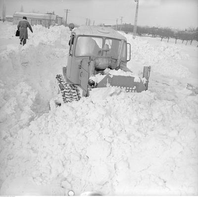 Rok 1979 powitał śnieg. Jak zaczął padać w sylwestrową noc, tak nie mógł przestać przez kilka tygodni - opady przyniosły tzw. zimę stulecia. Pamiętajcie kompletny paraliż, zimne kaloryfery, odśnieżanie chodników w czynie społecznym i tunele wykopywane dla autobusów? Mija czterdzieści lat od rekordowych opadów śniegu w Polsce. Na kolejnych stronach - znajdziecie archiwalne zdjęcia.Na fotografii: spychacz gąsienicowy kontra zima stulecia w Starych Babicach - 20 luty 1979 rok.